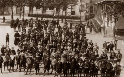 Dans la cour vers 1900
